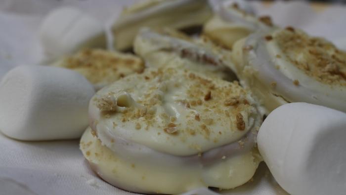 Galletas con marshmallow envueltas en chocolate blanco. (Diálogo)