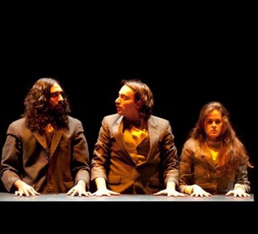 La obra Menos, Francisco, Julio y Yari.
