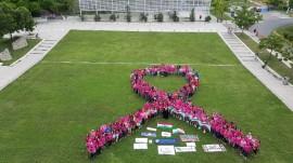 Estudiantes y comunidad universidaria de la UPR en Cayey recrean lazo rosado en honor a los sobrevivientes de cáncer de seno y a quienes todavía batallan contra la enfermedad. (Suministrada)