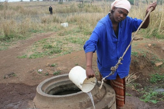 Los pozos se deterioran por falta de mantenimiento en el sur de Swazilandia y muchos dejan de ser útiles. Crédito: Mantoe Phakathi/IPS.