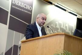 El escritor Eduardo Lalo durante su intervención como orador principal en la Ceremonia de Investidura del Volumen LXXXV de la Revista Jurídica de la Escuela de Derecho de la UPR. (Facebook)