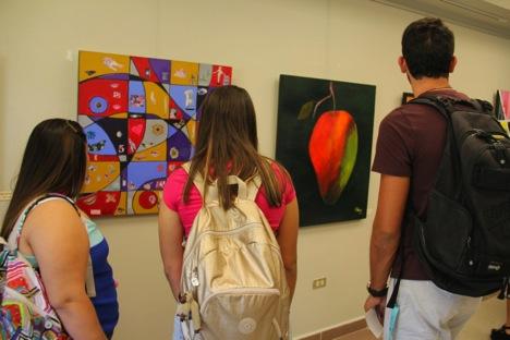 Estudiantes observan la exposición. (Suministrada)