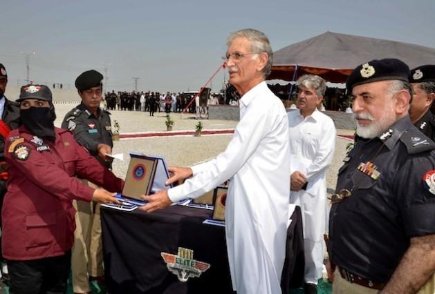 Pakistán formó un escuadrón de mujeres en 2014 para luchar contra el grupo armado Talibán en el norte del país. En la foto, una de las mujeres que realizó el programa de entrenamiento recibe un diploma en su ceremonia de graduación. Crédito: Ashfaq Yusufzai/IPS
