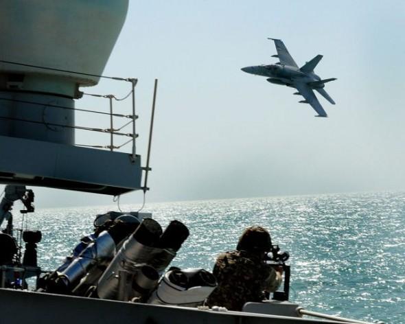 Un avión de combate F18 de la fuerza aérea de Kuwait en un ejercicio militar. Crédito: Simmo Simpson/licencia OGL