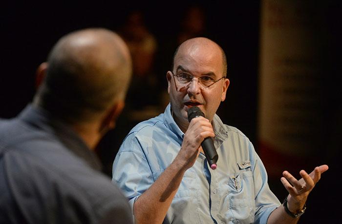 Eduardo Lalo también conversó con estudiantes de escuela superior. (Ricardo Alcaraz / Diálogo)