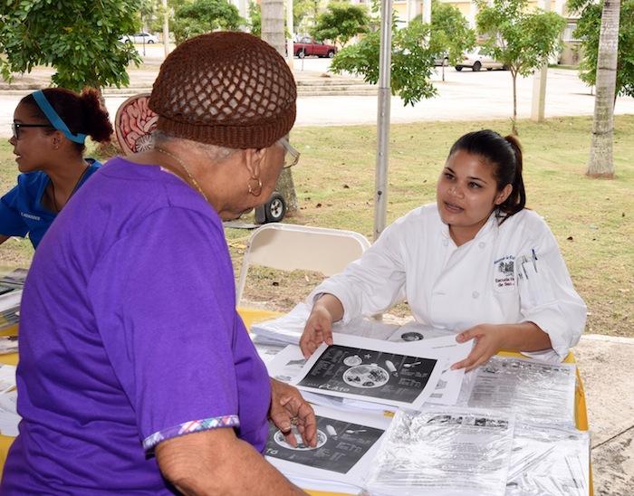 Estudiantes de la Escuela de Enfermeria del RCM ofrecieron servicios de salud en el Residencial Manuel A. Pérez. (Suministrada)