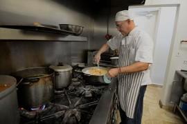 De lunes a viernes, Fabián inicia sus labores en la cocina de Café del Centro temprano en la mañana. (Ricardo Alcaraz/Diálogo)