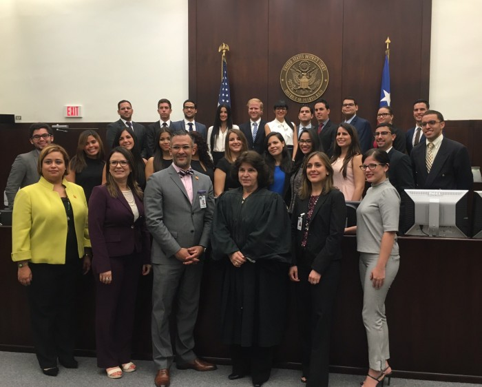 Miembros del capítulo estudiantil junto a Aida Delgado Colón, jueza presidenta del Tribunal Federal de Distrito. (Suministrada)