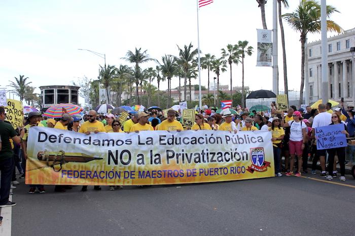 Sectores del magisterio del país marcharon hasta la fortaleza en contra de la reforma educativa. (Adriana de Jesús/Diálogo)
