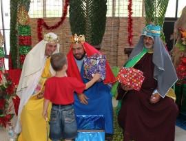 Miembros de los Caballeros de Colón personifican a los Reyes Magos durante el compartir navideño. (Suministrada)