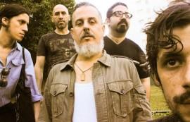 """En la imagen, Alegría Rampante. Al centro, Eduardo Alegría, quien afirma que el disco 'Se nos fue la mano' """"es una explosión de curiosidades"""".  (Foto: Ángel Flores)"""