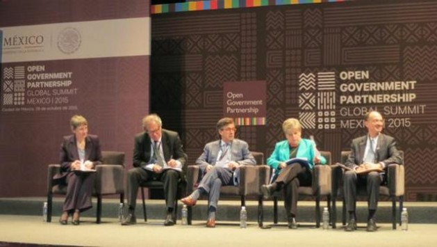Alicia Bárcena, secretaria ejecutiva de la Cepal, y otros responsables de organismos internacionales debaten sobre la necesidad de avanzar en la transparencia de los Estados durante Cumbre Global de la Alianza para el Gobierno Abierto, celebrada en Ciudad de México. Crédito: Cepal