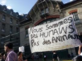 """""""Somos seres humanos, no animales"""", recuerda el cartel de migrantes que protestan por su situación en Francia. (Suministrada / Amnistía Internacional Francia)"""