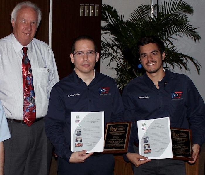 Desde la izquierda, John J. Kennedy, presidente ITE Internacional, el doctor Enrique González y el estudiante David Soto Padín. (Suministrada)