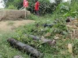 Armas abandonadas en los baños del centro de enseñanza Bweremana en la localidad de Minova, República Democrática del Congo, en junio de 2013. Crédito: Carril Hartill / Human Rights Watch.