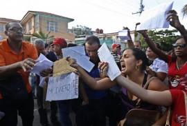 Centenares de cubanos se congregaron frente a la embajada de Ecuador en La Habana en una inusual exhibición pública de descontento, por la decisión de Quito de solicitar visa a los ciudadanos de este país. Muchos exhibían sus billetes aéreos ya adquiridos y pedían permiso de salida o devolución del dinero invertido. Crédito: Jorge Luis Baños/IPS