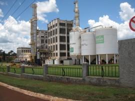 Una planta industrial de azúcar y etanol, en Sertãozinho, en el sureño estado de São Paulo, en Brasil. La industria cañera fue afectada por el actual gobierno con sus subsidios a la gasolina, golpeando al etanol. Uno de los factores de la depresión industrial en ese estado donde se concentra más de mitad de la producción local de azúcar y etanol. Crédito: Mario Osava/IPS