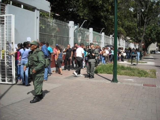 Una larga fila ante un centro de votación del oeste de Caracas, el domingo 6, en un barrio que habitualmente ha votado a los candidatos del gobernante Partido Socialista Unido de Venezuela y donde en los comicios legislativos ganó por amplia mayoría la oposición. Crédito: Raúl Límaco/IPS