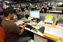 Periodistas en la redacción de GFR Media. (Ricardo Alcaraz/ Diálogo)