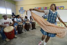 Francis Carrasquillo y sus estudiantes de Taller Cien.  (Ricardo Alcaraz/ Diálogo UPR)