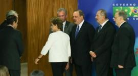 La presidenta de Brasil, Dilma Rousseff, entre asesores con cara de circunstancias, tras comparecer ante los medios de comunicación, poco después de anunciarse la apertura de un juicio político en su contra en la Cámara de Diputados. Crédito: Lula Marques/Agencia PT