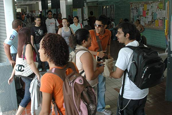 Estudiantes en Universidad de Puerto Rico Recinto de Río Piedras. (Ricardo Alcaraz)
