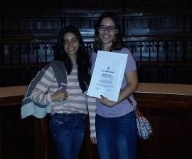 Andrea Claudio y Valerie Santiago sujetando el premio de segundo lugar