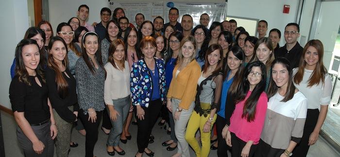 Grupo de 42 estudiantes de dotorales de la Escuela de Farmacia, junto a la doctora Nelly Conte. (Suministrada)