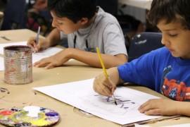 Niños que forman parte de los talleres de arte del Museo de Arte de Puerto Rico confeccionaron dibujos para el programa La Mochila Alegre del Banco de Alimentos. (Michelle Estades)