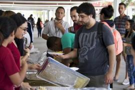 Estudiantes de la AUETS sirviendo comida a sus compañeros. (Suministrada)