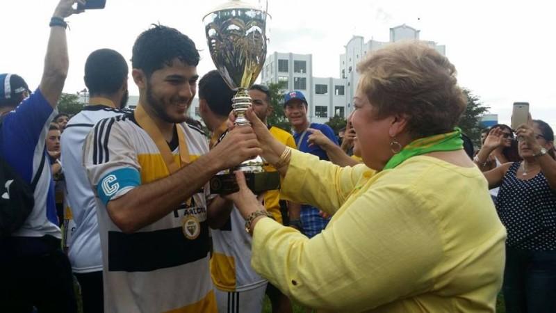 Ricardo Mol, capitán de UPRA recibe el trofeo de la LAI. (Suministrada)