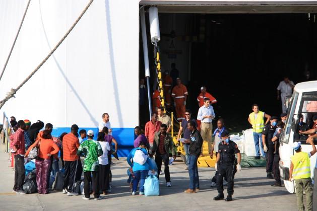 Inmigrantes son transferidos desde el centro de Lampedusa. Crédito: Caritas Italiana.