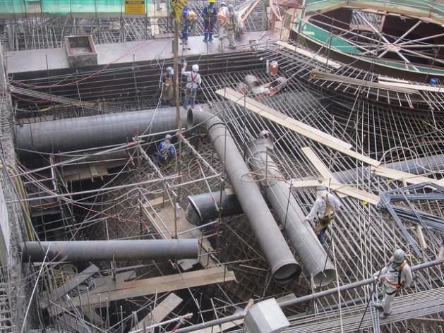 Obreros trabajan en la instalación de una de las turbinas de la central hidroeléctrica de Belo Monte, en la región amazónica del norte de Brasil. Megaproyectos como este dejarán de ser comunes en el país, como parte de la crisis económica y del proceso de desindustrialización del país. Crédito: Mario Osava/IPS