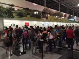 Migrantes cubanos que salieron del aeropuerto Daniel Oduber, en el norte de Costa Rica, mientras se registraban para el vuelo de prueba, que abre una salida para la crisis iniciada en noviembre de 2014. Crédito: Ministerio de Relaciones Exteriores de Costa Rica.