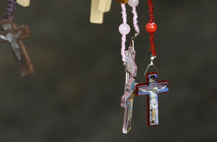 Cementerio de Villa Palmeras, en Santurce. Vendedor de crucifijos/2 de noviembre 2009. (Ricardo Alcaraz/ Diálogo)