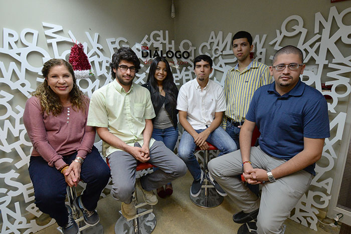 Estudiantes de la UPRH junto a la doctora María de Lourdes Lara. (Ricardo Alcaraz/Diálogo)