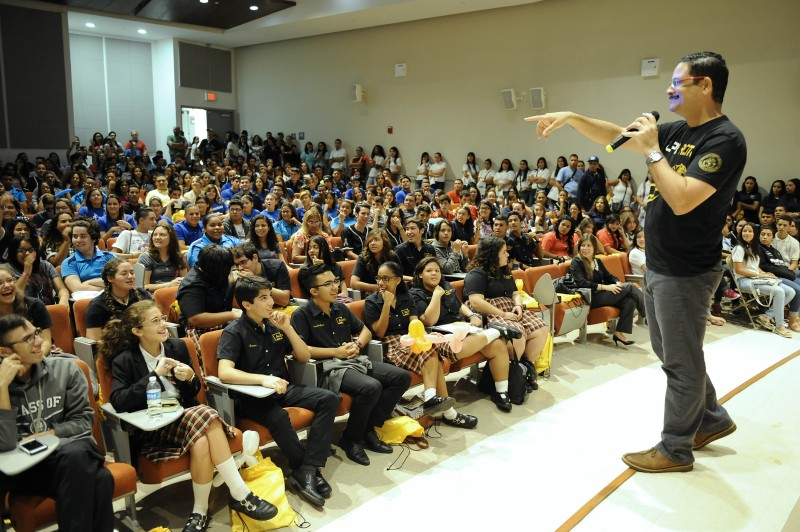 El presidente de la Universidad de Puerto Rico, Uroyoán R. Walker Ramos, compartiendo con estudiantes de escuela superior. (Suministrada)