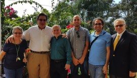 El rector Dr. Mario Medina comparte con miembros de la facultad durante el Dia de Desarrollo Profesional