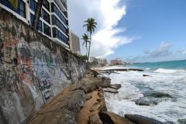 Muestra de la erosión de terreno en área de Condado, cerca del Hotel Marriott. (Ricardo Alcaraz)
