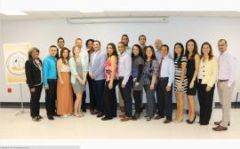 Estudiantes del programa graduado de enfermeria especializado en anestesia, junto a profesores y la decana de la Escuela de Enfermeria, la doctora Suane Sanchez. (Suministrada)