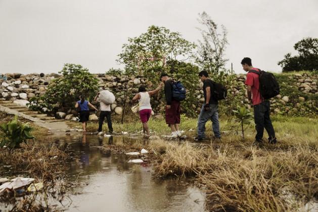 Un grupo de migrantes centroamericanos camina por un sendero en el sureño estado de Chiapas, en la frontera con Guatemala, en el inicio de su periplo por territorio de México en su travesía hacia Estados Unidos. Crédito; Cortesía de Médicos Sin Fronteras México