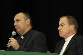 El monseñor Amel Nona se dirige al público acompañado por el arzobispo de San Juan, Roberto González Nieves. (Cristian Arroyo / Diálogo)