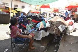 Las filtraciones en las redes hidráulicas urbanas, como este en el mercado Pequeño Haití, en Santo Domingo, provocaron pérdidas de agua durante la larga sequía en República Dominicana. (Dionny Matos / IPS)