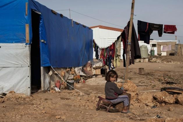 Una niña siria sentada en una silla rota frente a su tienda de campaña, en el campo de Faida 3, un asentamiento informal de tiendas de campaña para refugiados sirios en el Valle de Beka, en Líbano. Crédito: Alessio Romenz/Unicef