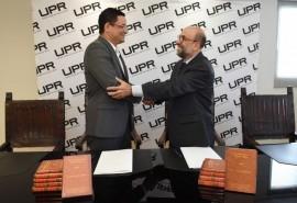 Walker Ramos y Rey Hernández celebran la firma del convenio colaborativo por cinco años entre la UPR y la Fundación Puertorriqueña de las Humanidades. (Suministrada / Ingrid Torres)
