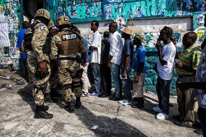 Haitianos votan en la primera ronda de la elección presidencial en Puerto Príncipe, celebrada el pasado 25 de octubre. Apenas un 26% del electorado participó del proceso. (Suministrada / un.org)
