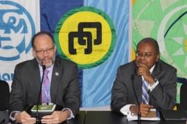 A la izquierda, el secretario general de la Comunidad del Caribe (Caricom), Irwin LaRocque; a la derecha, el ministro de Ambiente y Desarrollo Sostenible de Santa Lucía, Jimmy Fletche. (Desmond Brown / IPS)