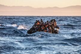 Migrantes y refugiados en el mar Egeo. Hay más de 60 millones de personas desplazadas dentro de sus propios países o refugiadas en el extranjero. Crédito: MOAS.EU/Jason Florio