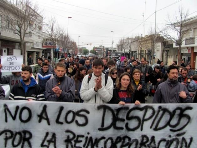 Un grupo de manifestantes protestan en la ciudad argentina de Rosario contra la ola de despidos de empleados públicos que se ha desatado en el país desde la llegada a la presidencia de Mauricio Macri. (Suministrada / Indymedia.org)