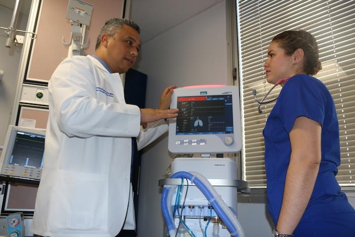 En la foto, el profesor José Ramos y la enfermera Clara Álvarez, quien forma parte del primer grupo de profesionales de la salud que culminó la Certificación en Cuidado Crítico Pediátrico y Neonatal. (Suministrada)
